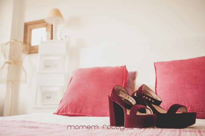 zapatos novia sobre cama-Boda de campo