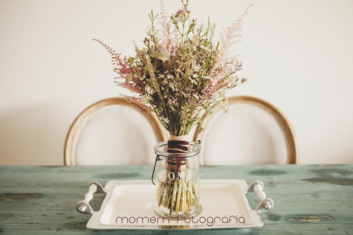 ramo novia en jarrón sbre bandeja de plata-Boda de campo