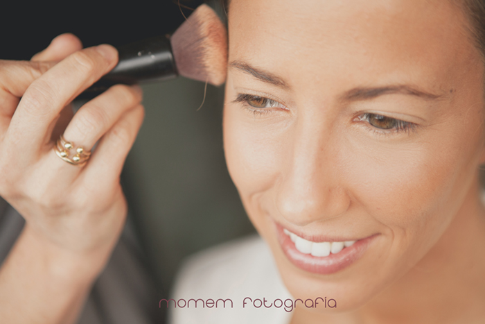 rostro novia con brocha maquillando-Boda de campo