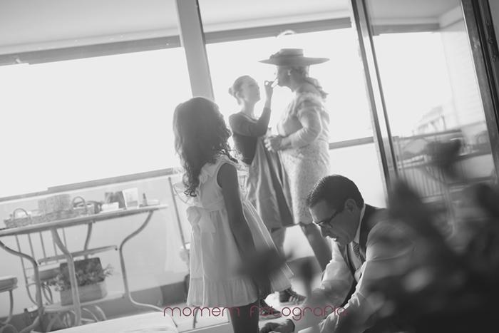padre poniendo zapatos niña y madre novia al fondo maquillándose-Boda de campo