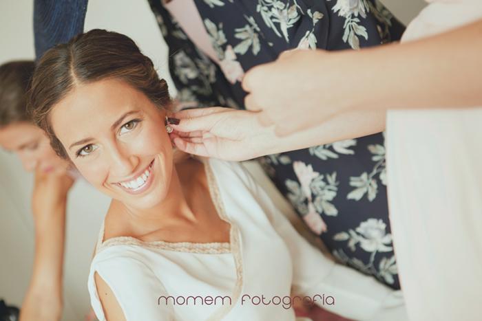 retrato novia poniéndola pendiente-Boda de campo