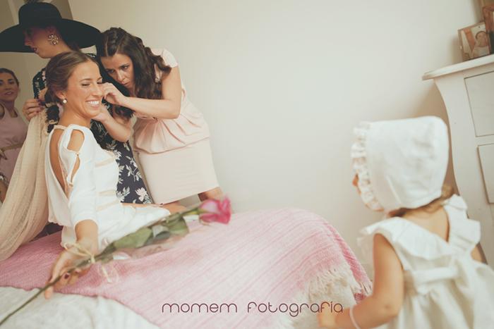 novia sentada en la cama mirando a sobrina-Boda de campo
