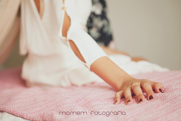 detalle mano novia con anillo sobre cama-Boda de campo