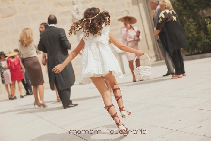 niña paje de espaldas saltando con cesta en la mano-Boda de campo