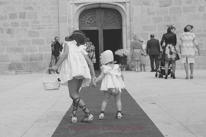 niñas paje de la mano de espaldas frente puerta iglesia-Boda de campo
