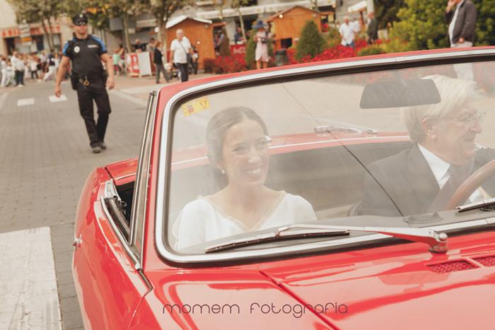 novia llegando en coche novios descapotable rojo-Boda de campo