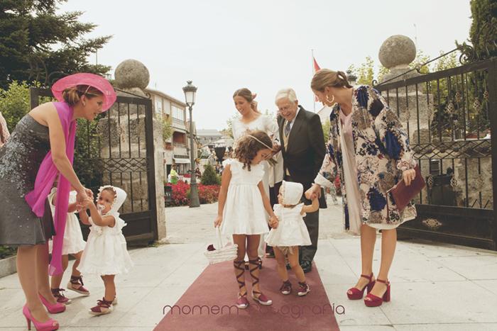 novia con padrino y niñas paje en puerta iglesia-Boda de campo