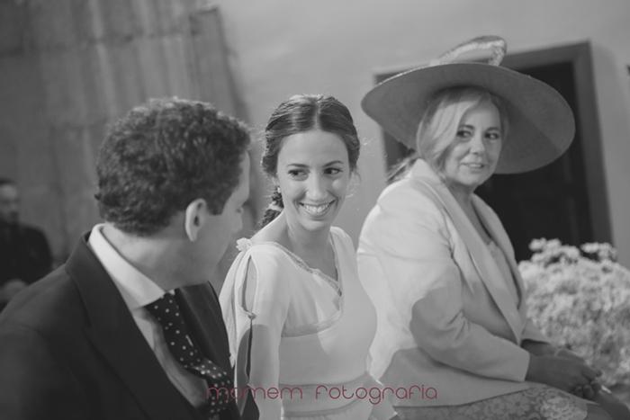 mirada de novios y madrina sentados en altar-Boda de campo