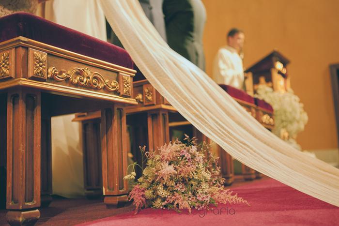 detalle ramo novia en suelo y capa vestido-Boda de campo