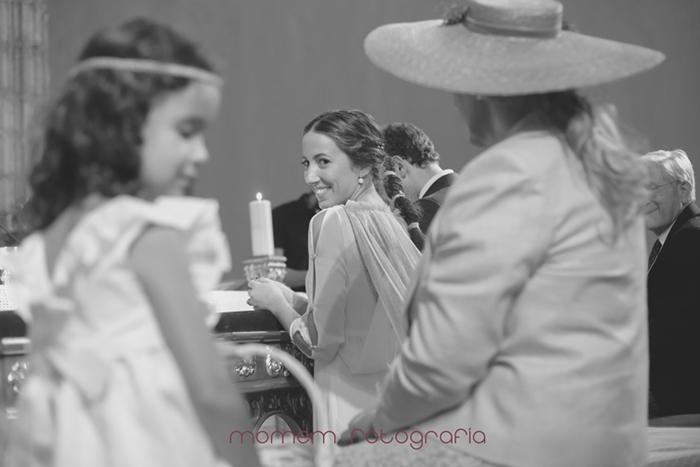 mirada de novia a su madre que está en primer plano desenfocado-Boda de campo