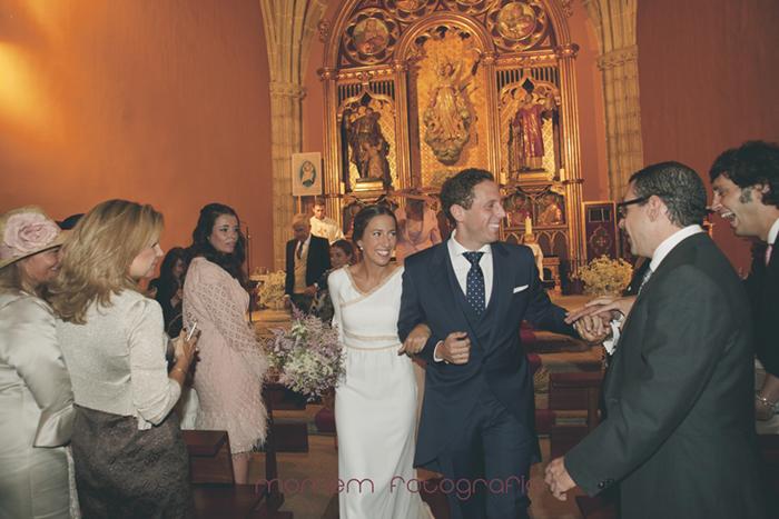 salida novios dentro iglesia saludando invitados-Boda de campo