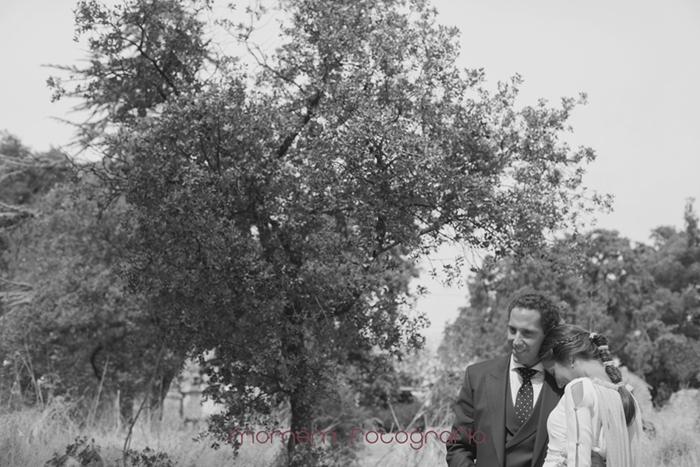 novia apoya cabeza sobre hombro novio-Boda de campo