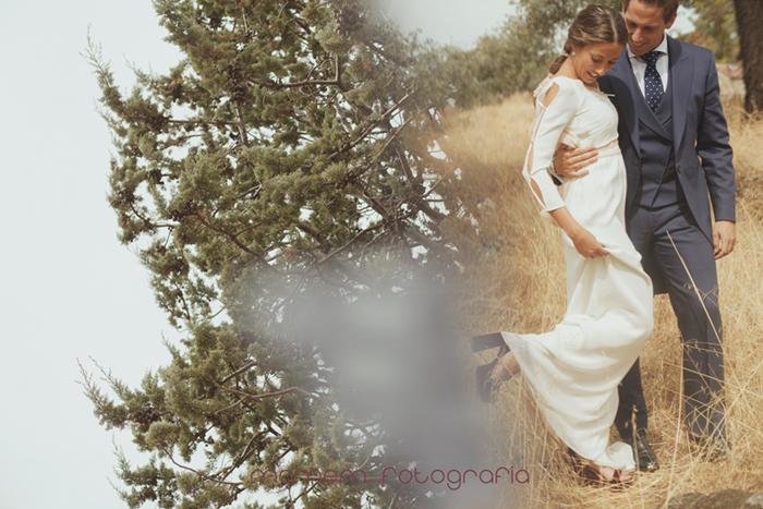novios agarrados en el campo novia levanta un pie-Boda de campo