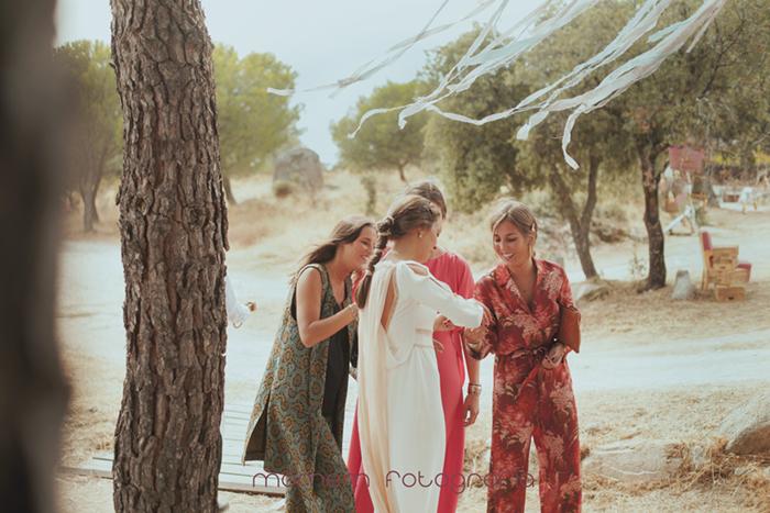 novia con amigas miran su alianza-Boda de campo