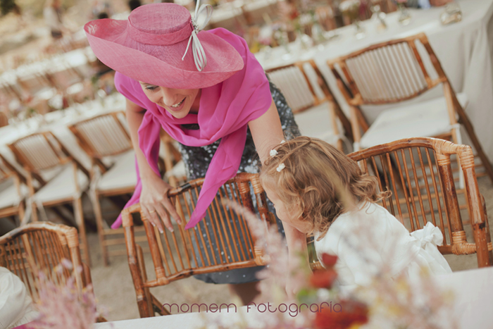 niña con su madre en zona de mesas-Boda de campo