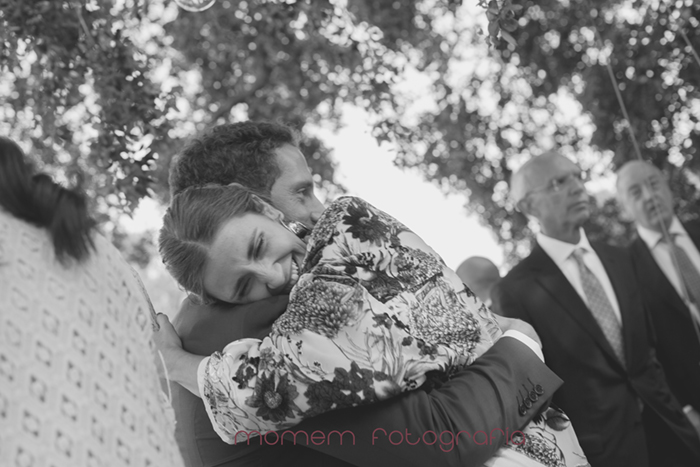 abrazo alegre novio a su cuñada-Boda de campo