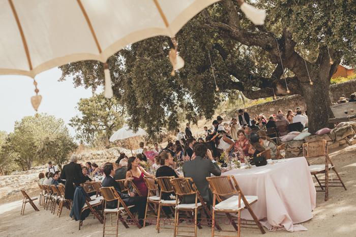 vista general invitados en mesas situadas en medio del campo-Boda de campo