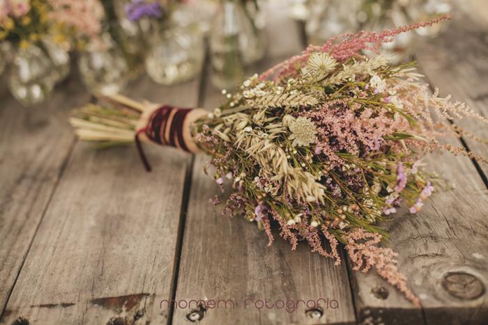 ramo sobre mesa de madera rústica-Boda de campo