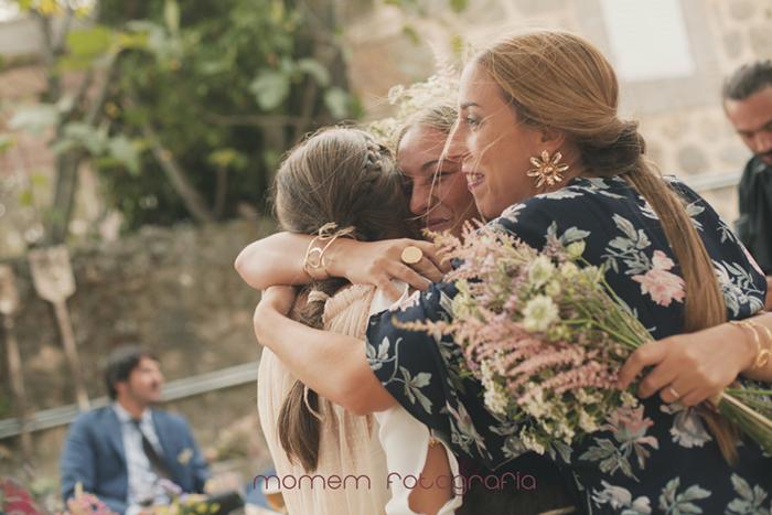 abrazo de amigas a novia-Boda de campo
