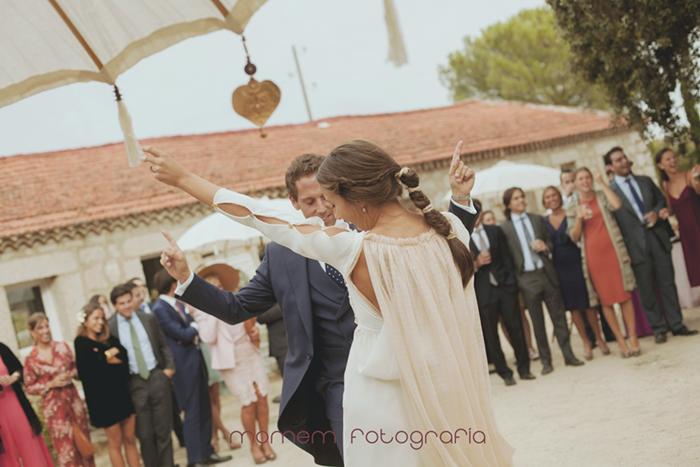 novios bailando divertidos e invitados miran-Boda de campo