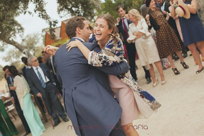 novio bailando con su cuñada riendo-Boda de campo