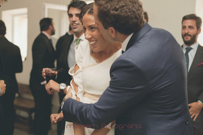 novio abraza fuerte y besa a novia-Boda de campo