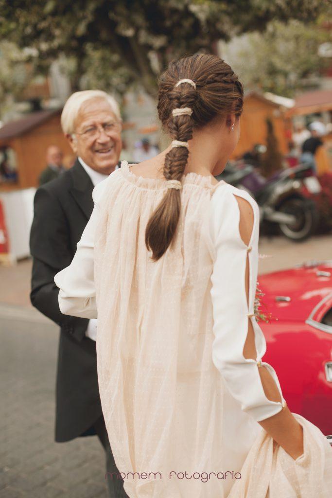 detalle espalda novia trenza peinado cogiéndose capa vestido-Boda de campo