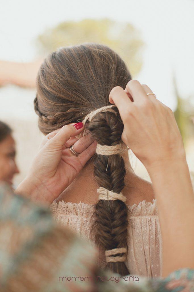 detalle trenza novia atándole cuerda que la sujeta-Boda de campo