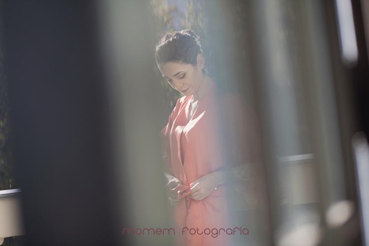 imagen novia atándose la bata a través del cristal de la puerta-fotografías de boda