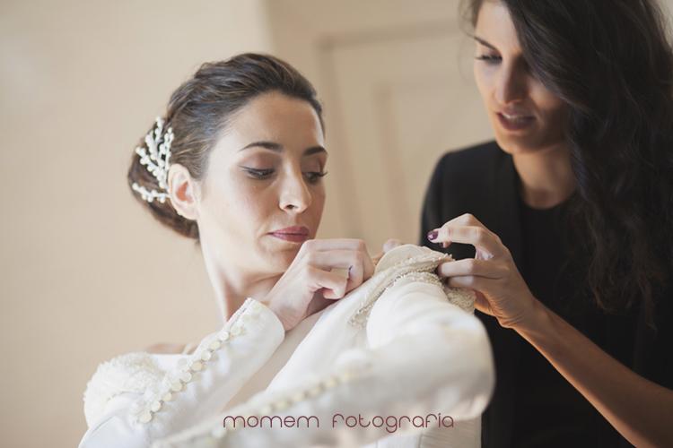 amiga vistiendo a la novia-fotografías de boda