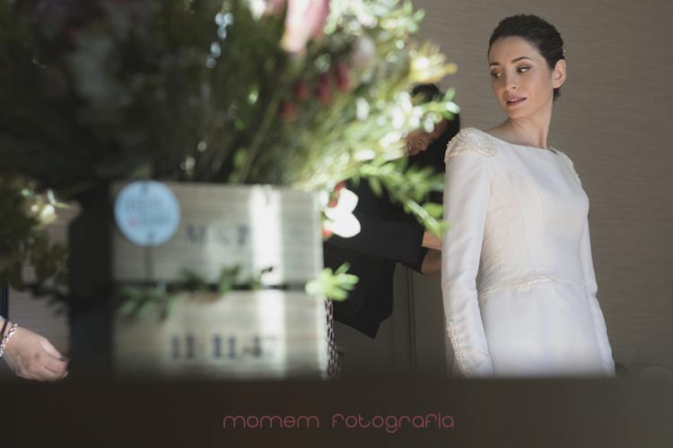 novia vistiéndose ramo en primer plano-fotografías de boda