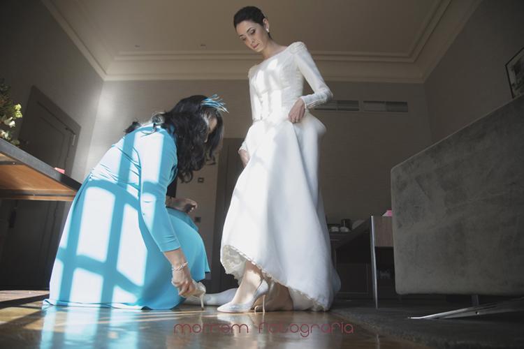 hermana de la novia poniéndole el zapato-fotografías de boda