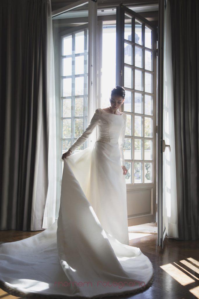 novia con el vestido delante de puerta terraza-fotografías de boda