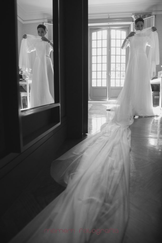 novia cogiendo velo con reflejo espejo-fotografías de boda