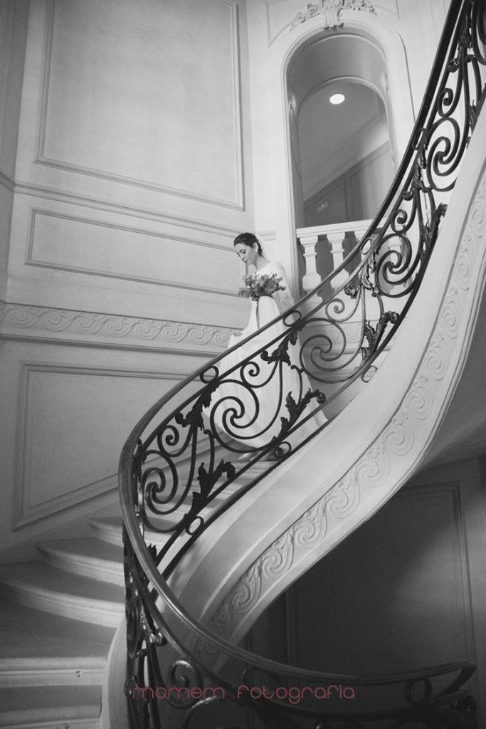 novia bajando la escalera del hotel-fotografías de boda