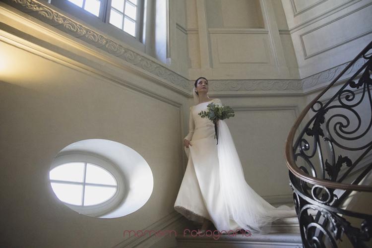 novia en la escalera-fotografías de boda