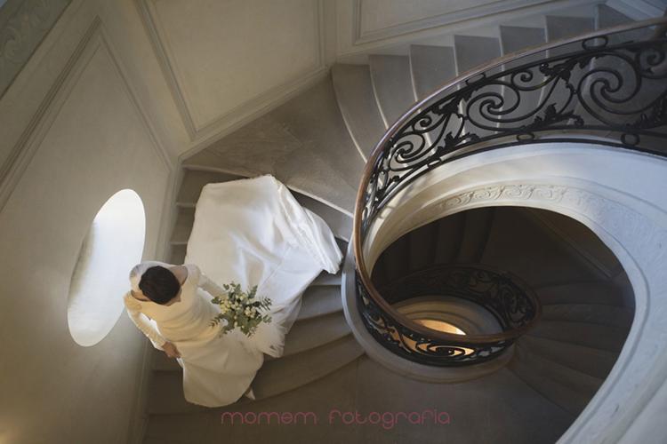 novia bajando escalera en espiral vista desde arriba-fotografías de boda