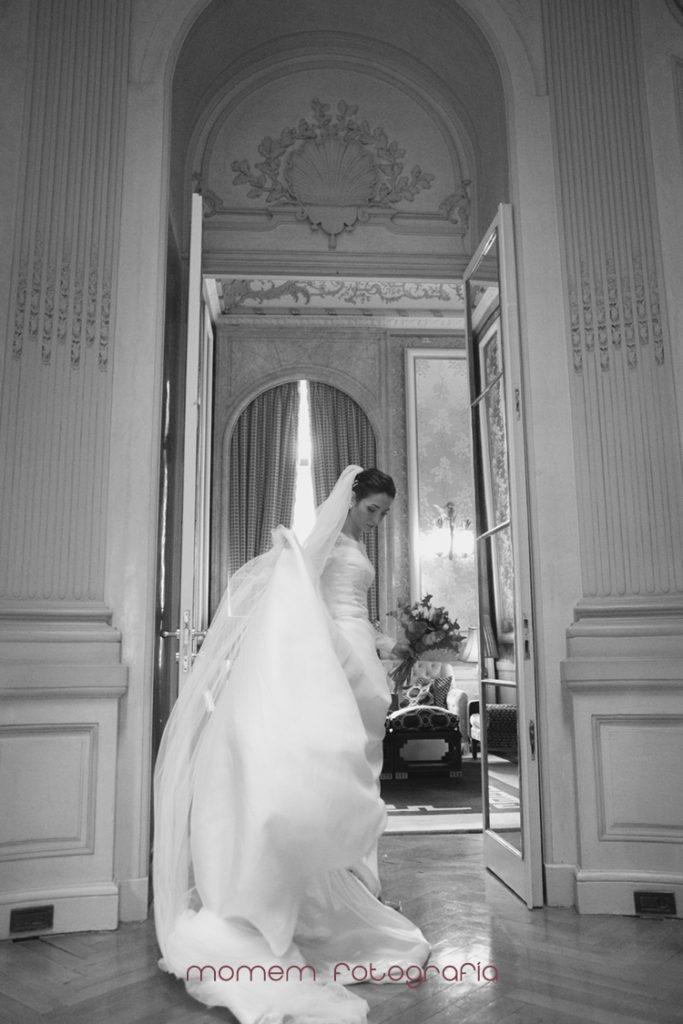 novia cogiendo el vestido en interior del hotel blanco y negro-fotografías de boda