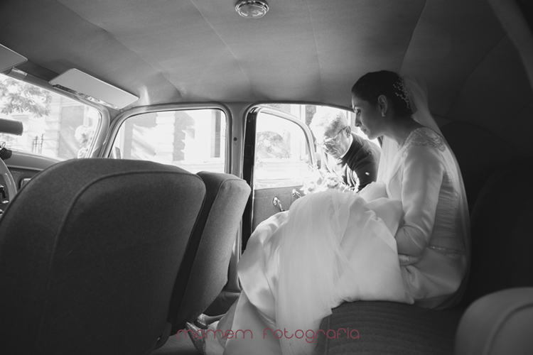 novia en interior del coche blanco y negro-fotografías de boda
