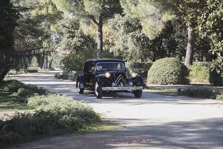 novios llegando a la finca en coche-fotografías de boda