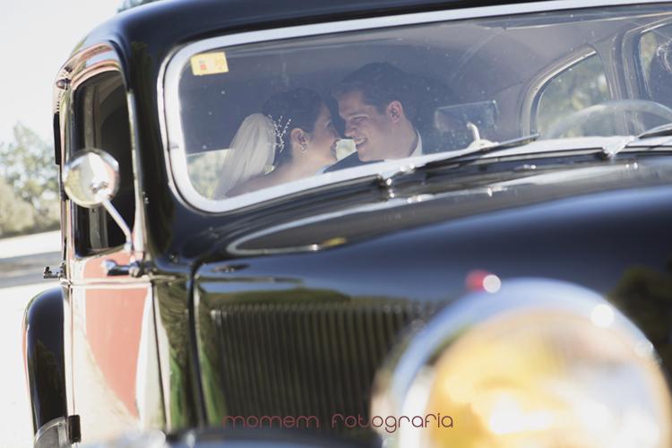 novios mirándose en interior coche-fotografías de boda