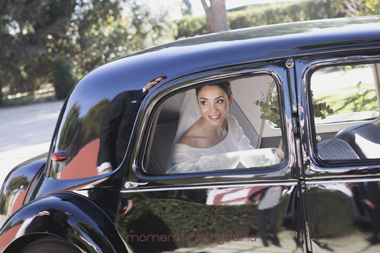 novia ventanilla interior coche novios-fotografías de boda