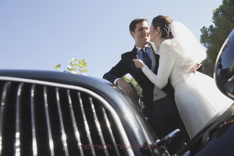 novios agarrados sobre coche novios-fotografías de boda