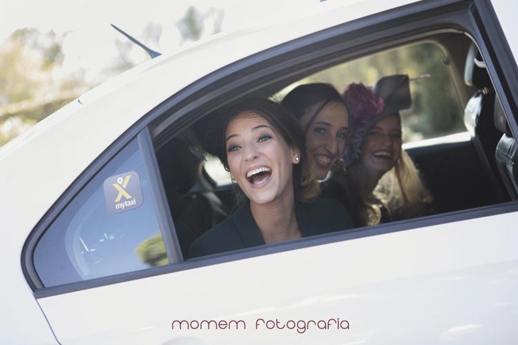 amigas de los novios sonriéndoles desde interior taxi-fotografías de boda