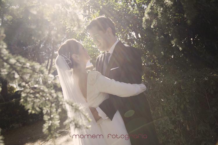 novios abrazados mirándose con rayos de sol-fotografías de boda