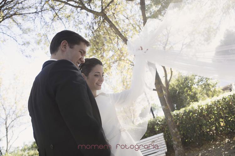 novia lanza el velo con el novio mirando-fotografías de boda