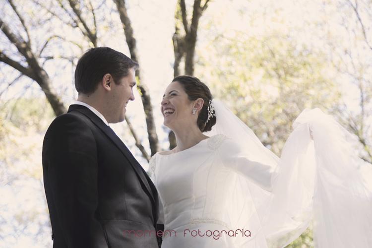 los novios se miran y sonríen-fotografías de boda