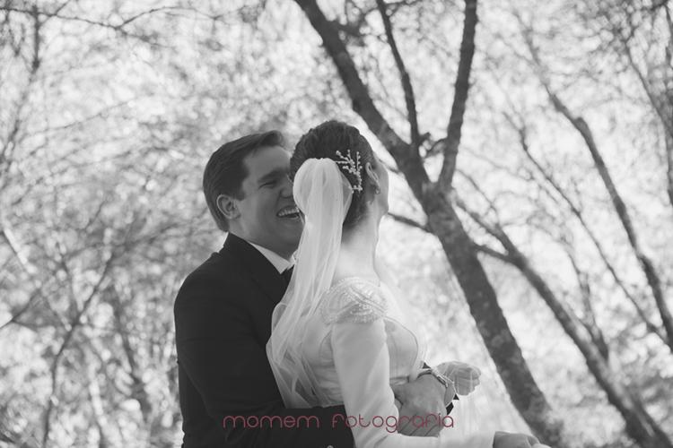 novio abraza por detrás a la novia y se ríe-fotografías de boda