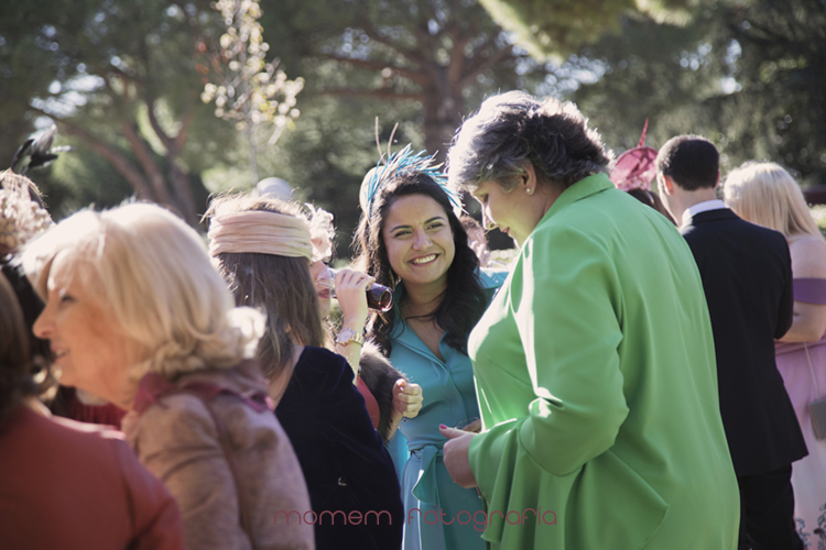 hermana novia sonriendo con gente-fotografías de boda