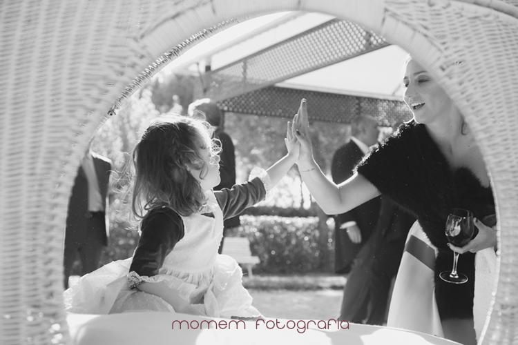 niña de paje juega con invitada-fotografías de boda